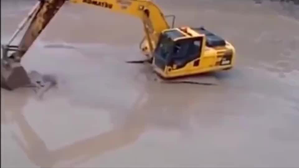 鳄鱼大战挖掘机,虽然有水中霸主称号,结果却不堪一击