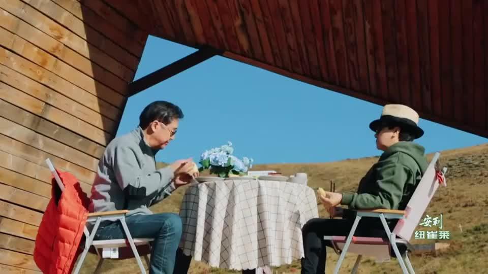 张国立吃花卷蘸豆腐乳,被媳妇嫌弃,一句话让邓婕差点喷饭!