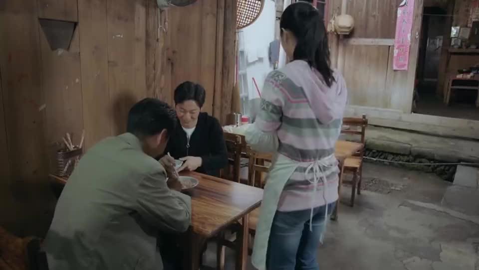 小混混来小吃店找茬,没想到县委书记在现场,好看了