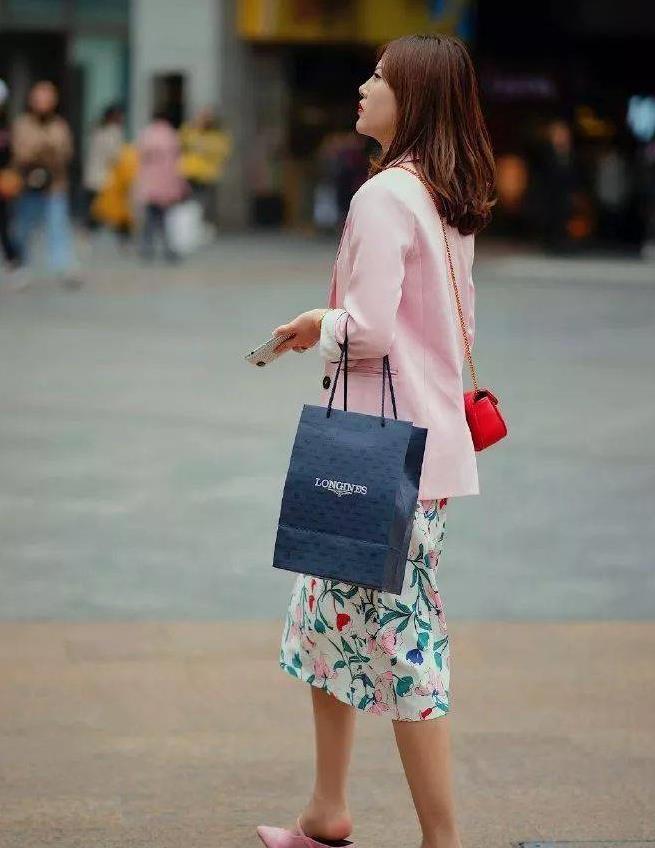 美女脚上搭配着一双一字带的高跟凉鞋,防水台设计更加的有女人味
