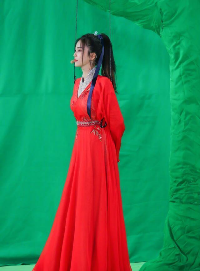 赵露思白鹿红衣同框,今年作品都不错,谁更能代入古装女主?