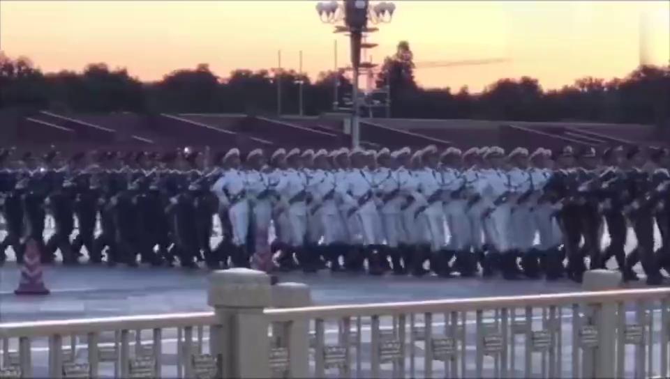 中国篮协组织篮协,男篮国奥队,女篮,到天安门广场观看升旗仪式