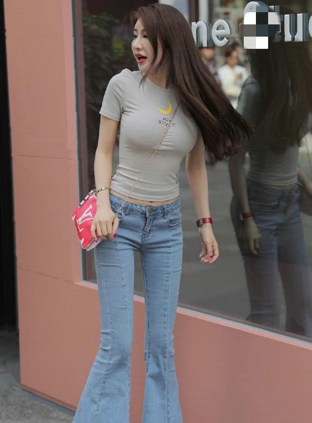 模特时尚街拍:身材高挑的女孩子穿长款喇叭裤就是美,立体感十足