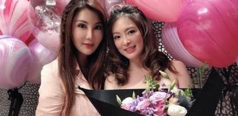 杨丽菁为好友庆45岁冥诞,刘真生前一头卷发穿粉裙,太显少女了