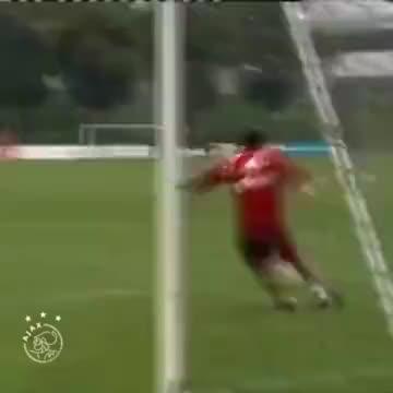 苏亚雷斯PK亨特拉尔谁是守门更好的前锋?
