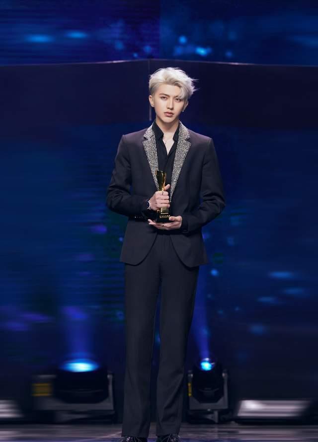 蔡徐坤林彦俊演绎潮流穿搭,一个酷帅有型,一个时尚青春