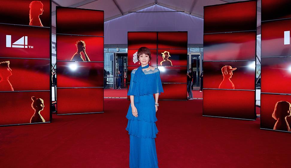 """44岁马伊琍美出新高度,穿""""蓝色""""薄纱裙久违走红毯,气质真甜美"""