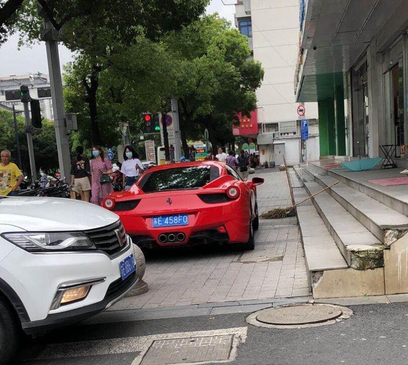 """苏州街头实拍法拉利458跑车,车牌配车型恰好也是""""458""""!"""