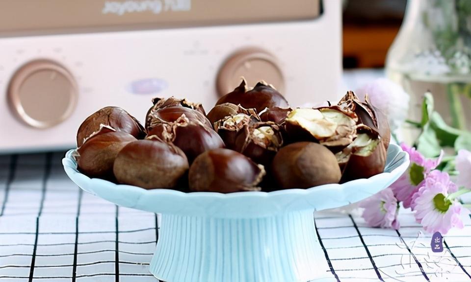 秋冬季节,板栗是女人的最爱,香甜绵软,自己在家做也很方便
