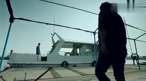 小武带钱和海盗接头,并且还帮海盗甩掉了追兵