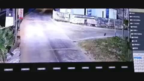 监控记录一轿车落水过程