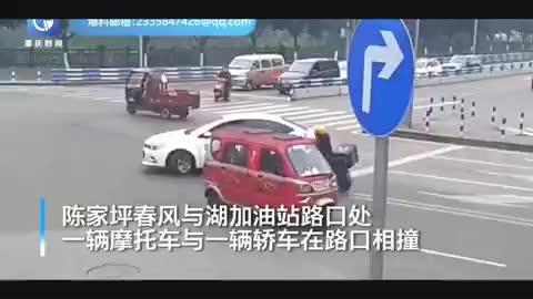 监控-摩托车与轿车十字路口互不礼让两车相撞