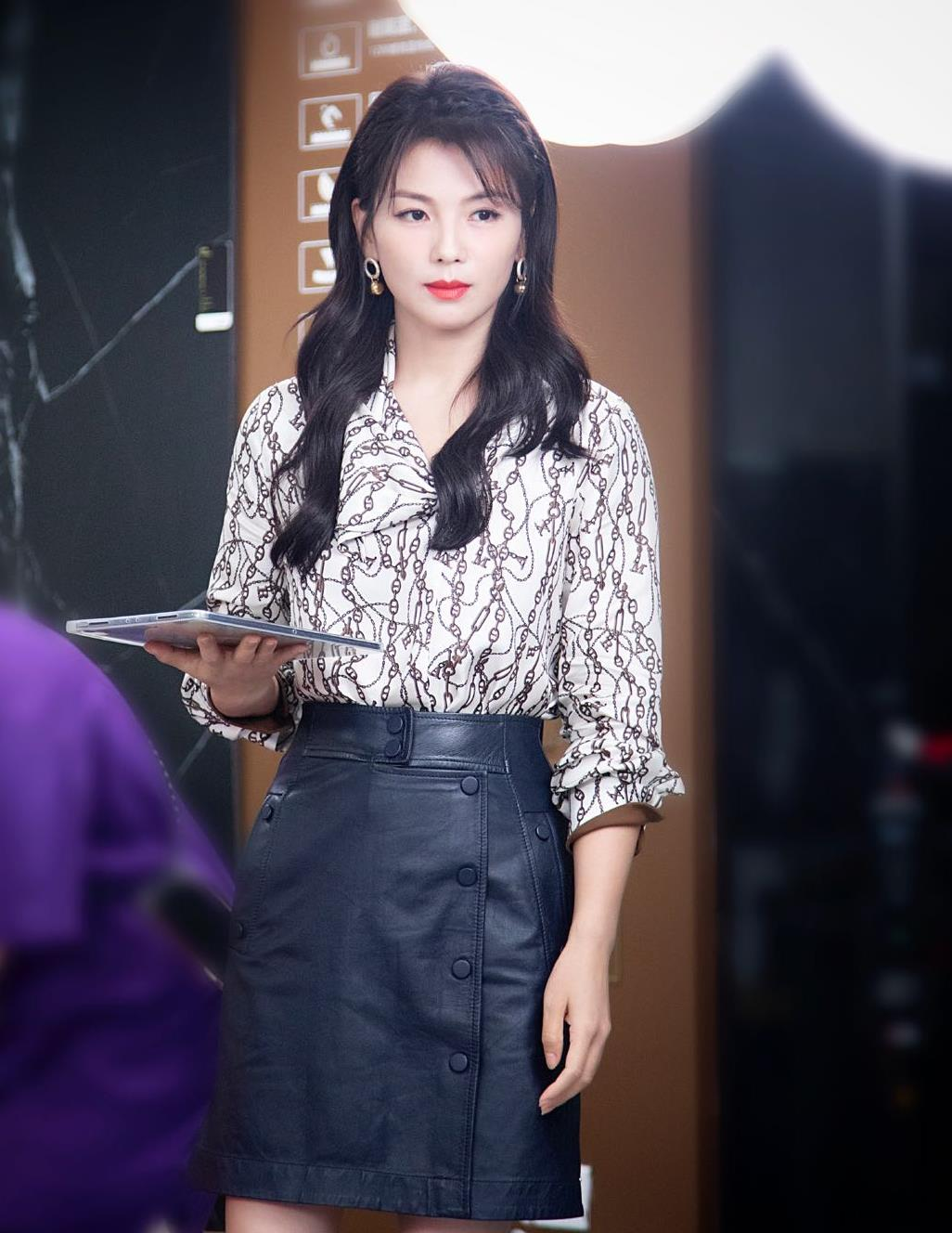 """刘涛""""直播""""也穿得很高级,印花衬衫配皮裙,气质女神真有品位"""