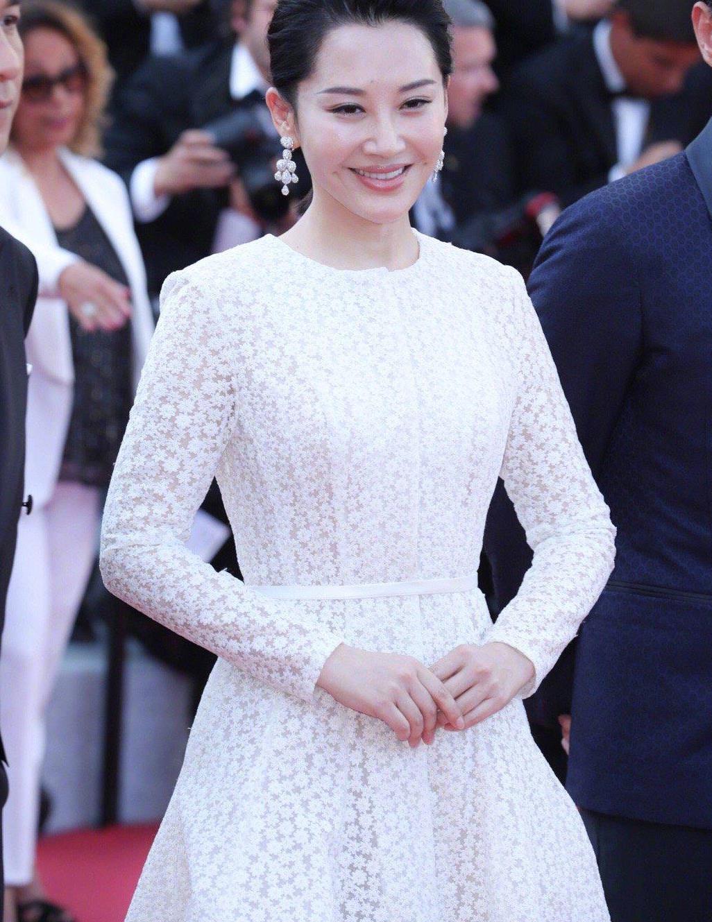 51岁许晴真不一般,低马尾都能显高贵,穿白色镂空礼服裙好甜美