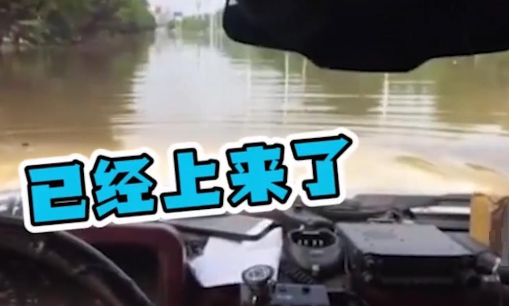 """这位江西车主火了,把汽车当潜艇,车内还有""""喷泉"""""""
