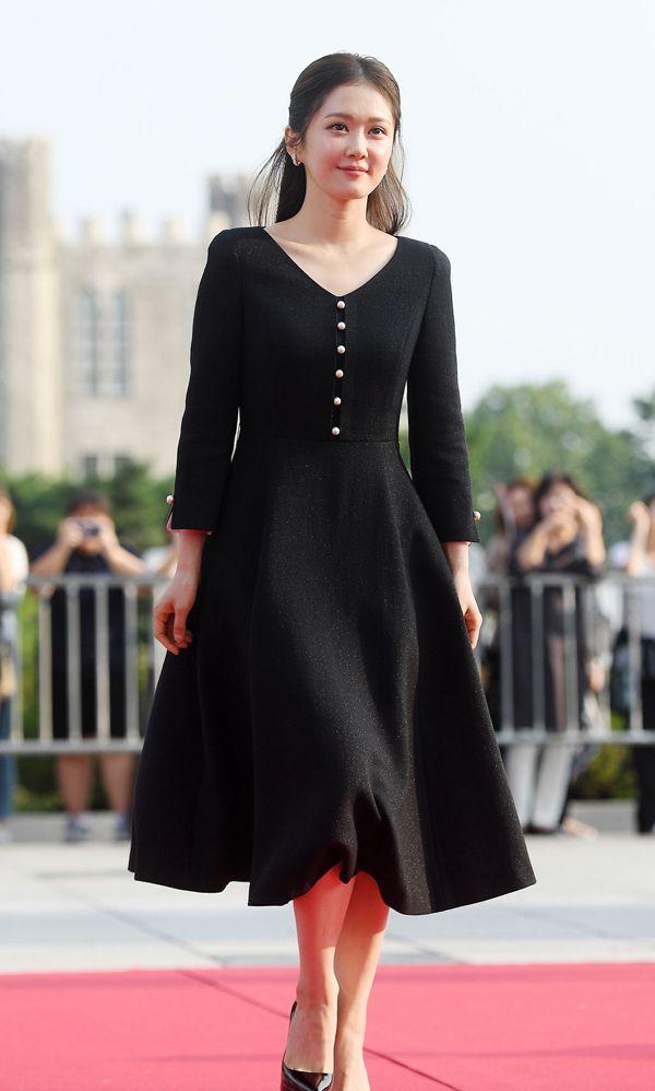 """张娜拉穿优雅的黑色连衣裙,""""明朗少女""""原来已经奔四十了"""