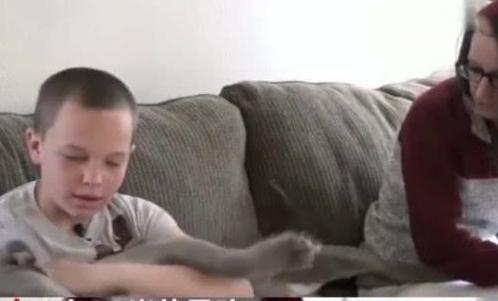 13岁男孩心疼妈妈没有出行工具,卖掉游戏机为母买车