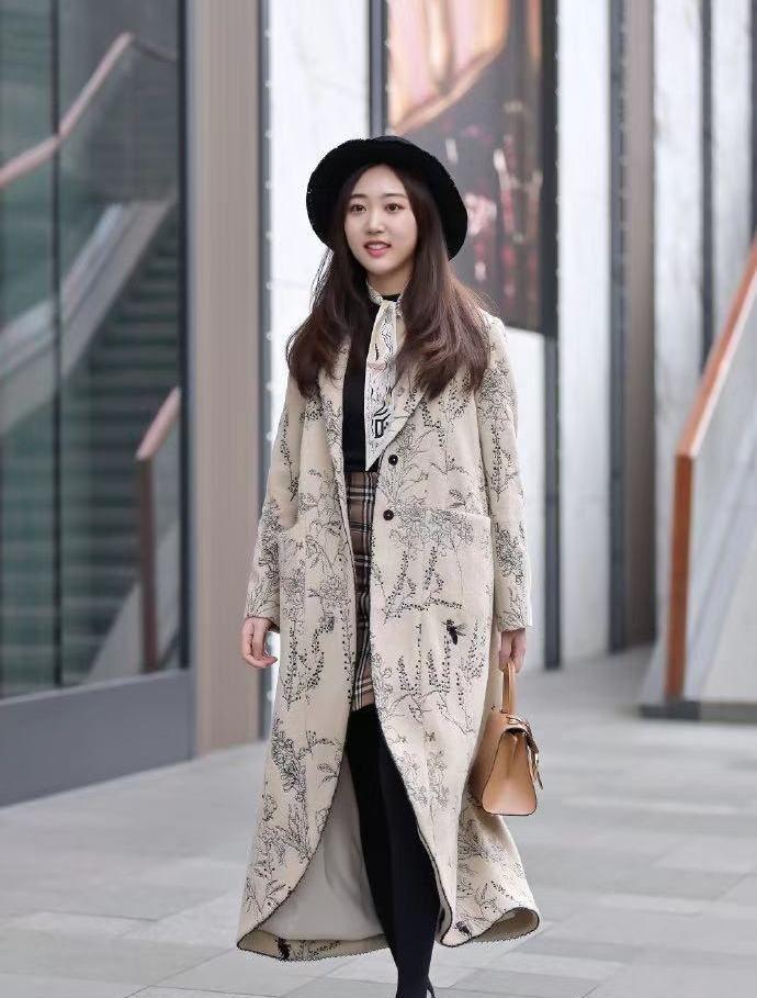 街拍,小姐姐米色印花毛呢外套搭配格子短裙,黑色圆帽复古优雅