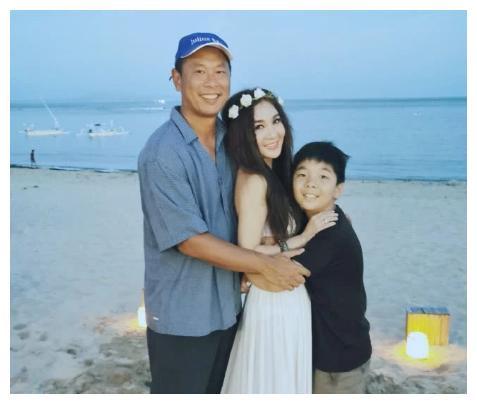 53岁温碧霞海边度假,一家三口同框超温馨,养子对妈妈一脸依赖