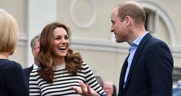 凯特王妃条纹衫配高腰裤 裤子上的纽扣很时尚且超减龄