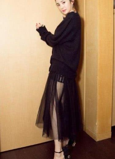 杨幂新照!黑长直发型穿V领毛衣裙显优雅,曾撞衫凯特王妃也不输
