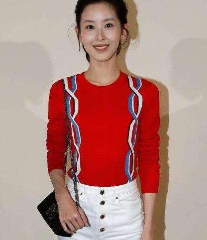 刘强东夫妇久违合体!27岁章泽天长发披肩穿红裙,太清纯了