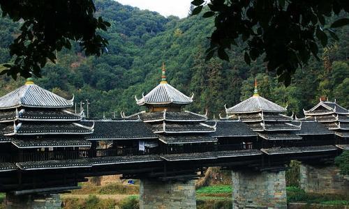 广西三江非常著名的风雨桥,誉为世界第一,整个建筑没用一颗钉子