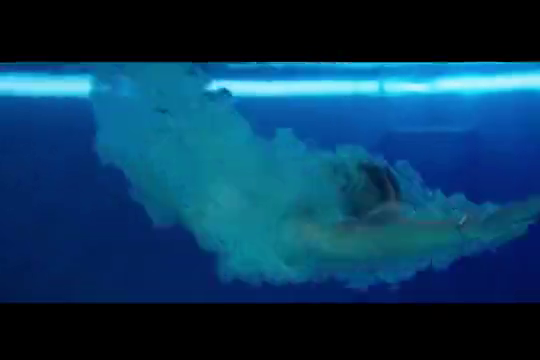 美女去游泳,突然机器故障,水全部飘起来了