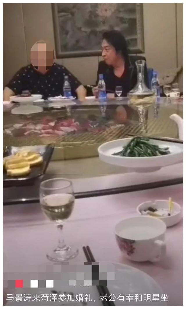 58岁马景涛与友人应酬,懒理身旁搭话的美女,获网友称赞守规矩