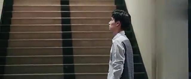 江辰半夜在宿舍楼下等小希,小希出来江辰想抱她,却被一把推开