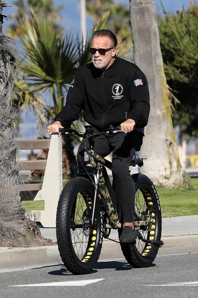 72岁施瓦辛格骑车锻炼 胡须花白未戴口罩
