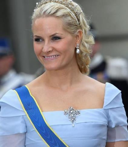 挪威王储夫妇与亲友同框,梅特王储妃穿小黑裙,不走C位也出众