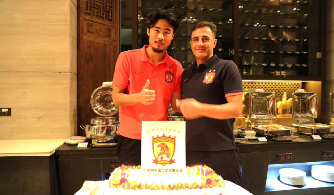 广州恒大俱乐部外援朴志洙生日这一天,球队全体球员给他过生日