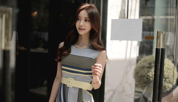 孙允珠高清美图:后现代简约条纹布格子飘逸裙