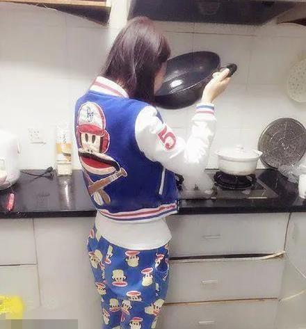 去厨房倒水喝