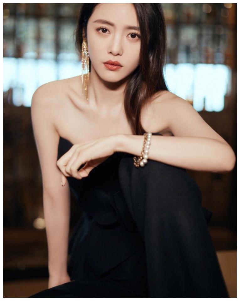 气质优雅大方美女明星蔡文静黑色连衣裙香肩魅力写真