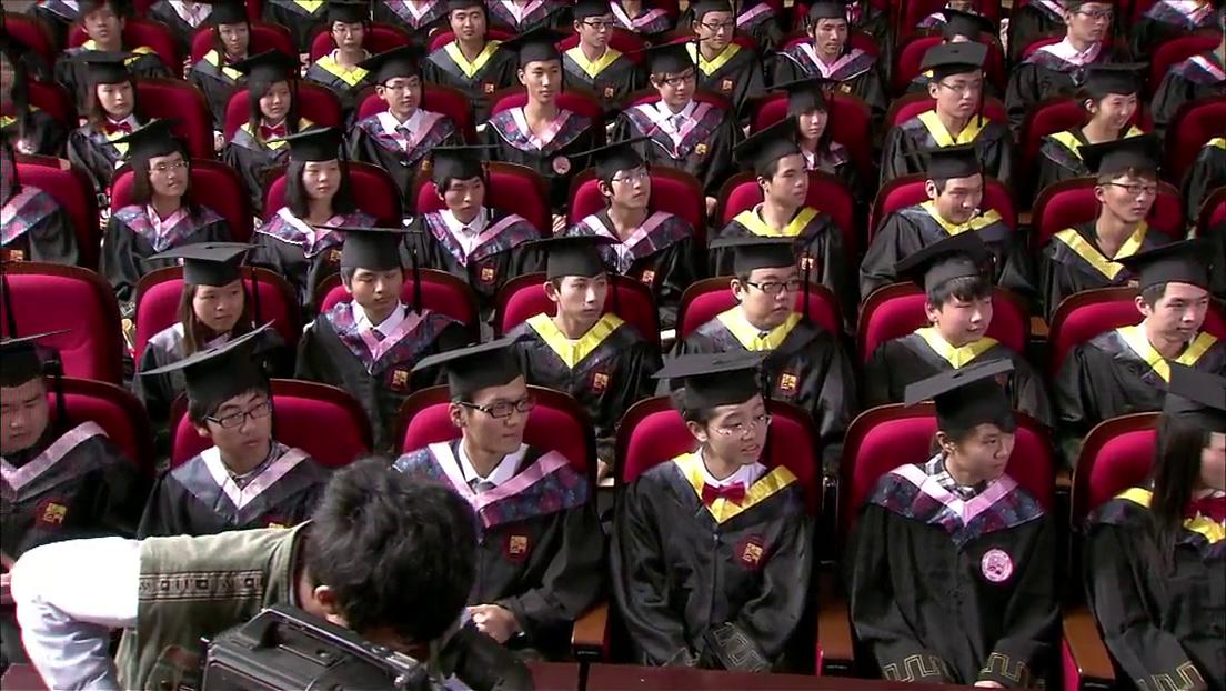 康城毕业演讲,颁奖人却是康正生,妈妈看到很惊讶!
