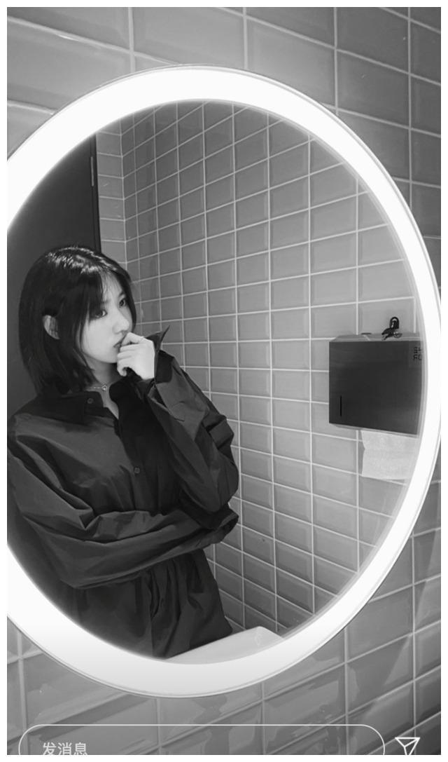汪峰大女儿对镜摆拍显成熟 穿衬衫化浓妆气质高冷有范