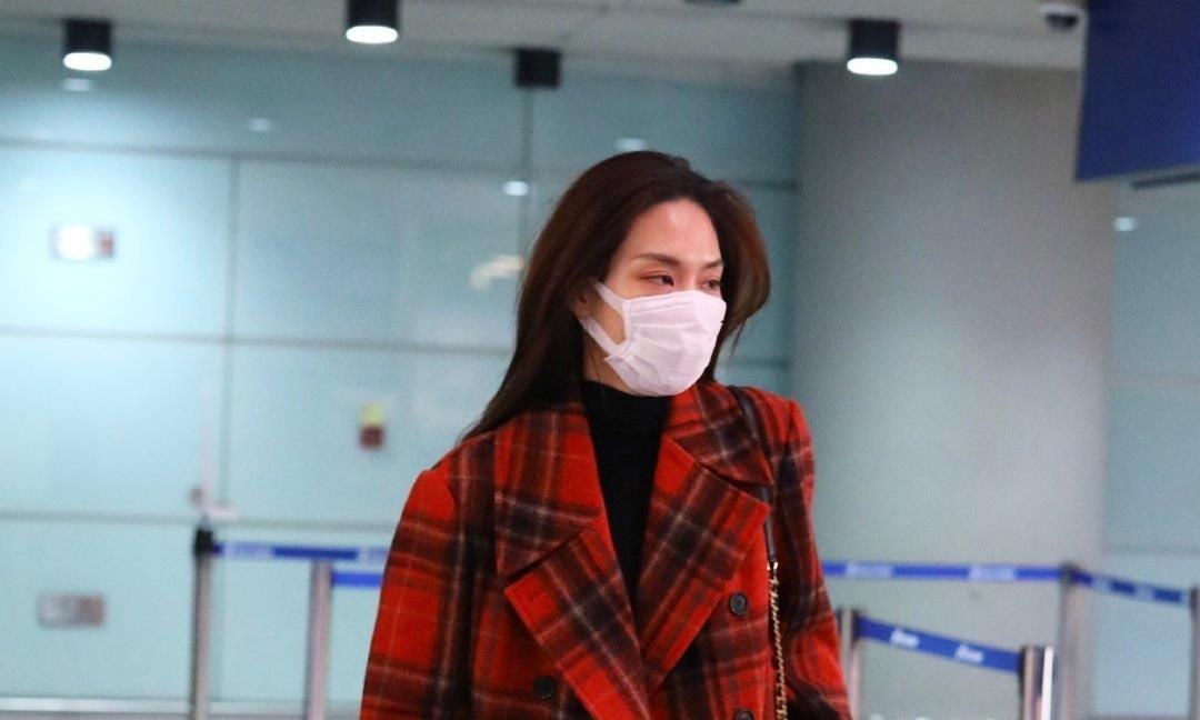 被王霏霏的气质惊艳,红色格纹大衣穿出优雅减龄,养眼又很应节