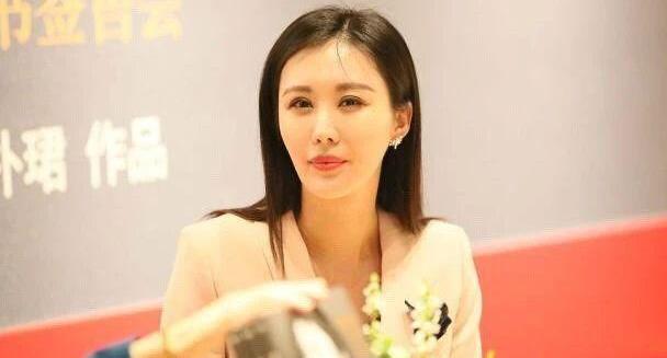王石小30岁娇妻田朴珺亮相活动,一身西装高挑又拔尖,气质是真好