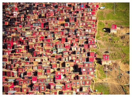红色有很多种,但能美到极致的,只有色达的红色五明佛学院