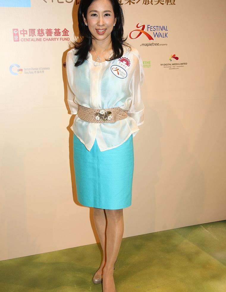 62岁朱玲玲这身真年轻,湖蓝无袖裙配奶白真丝衫,身姿挺拔好气质