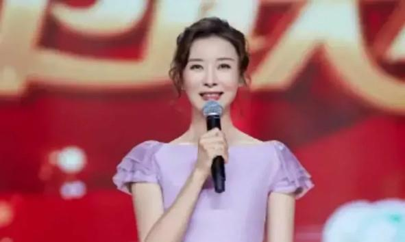 柯蓝穿紫色长裙好美 层叠式的搭配减龄美观 不像48岁的年纪
