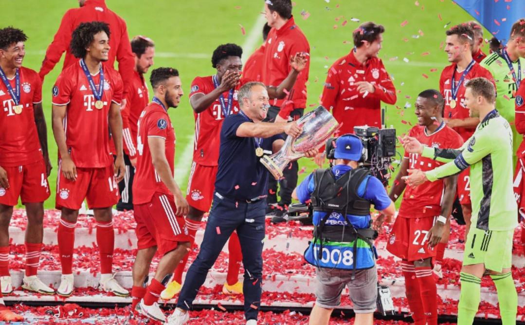 拜仁慕尼黑足球俱乐部夺得欧洲超级杯冠军,赛后拜仁球员庆祝夺冠