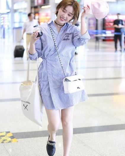 """阚清子打扮有个性,系带衬衫裙穿出""""浴袍感"""",款式宽松还挺显瘦"""