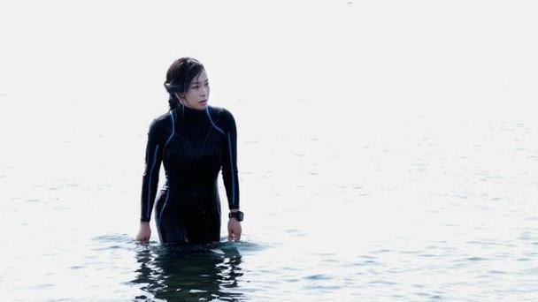 刘晓庆穿连体泳衣显凹凸有致!右手拿枪威风凛凛,御姐范霸气外漏