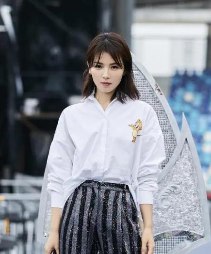 """刘涛穿衣挺有""""白领""""范,衬衫配条阔腿裤,加点童趣元素更抢眼"""