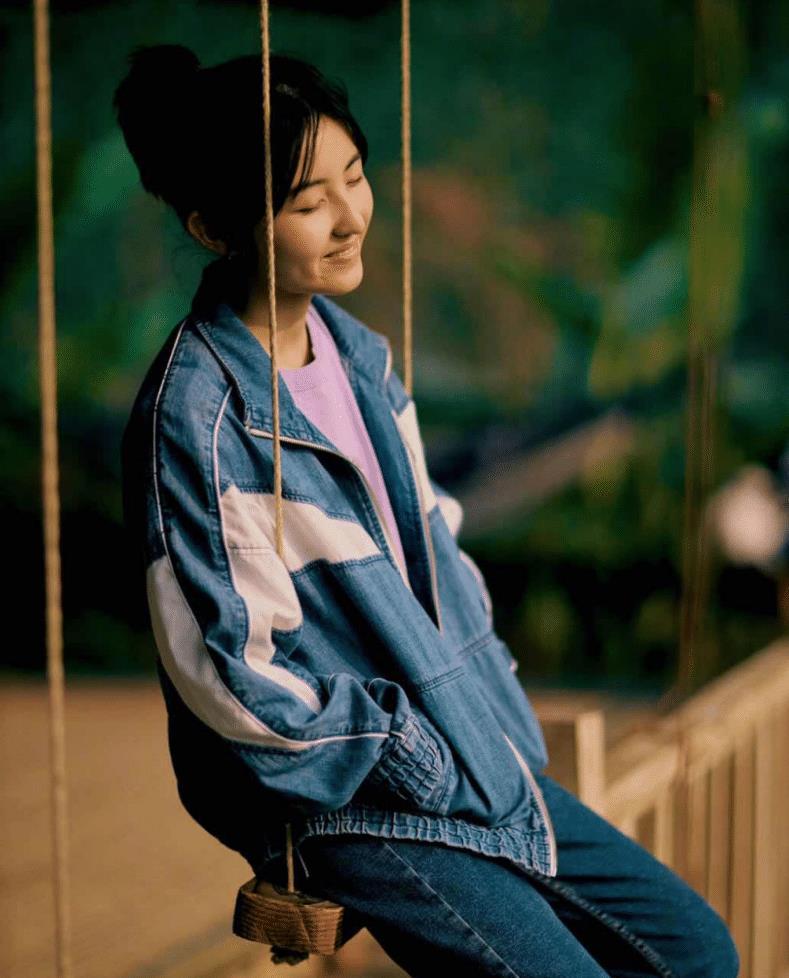 """张子枫化妆皮肤好得像""""瓷娃娃"""",穿T恤配背带裤,牛奶肌好美"""