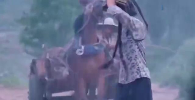 姑娘没带伞在雨里跑,大胆把自己雨披给她,女人不比男人不禁折腾