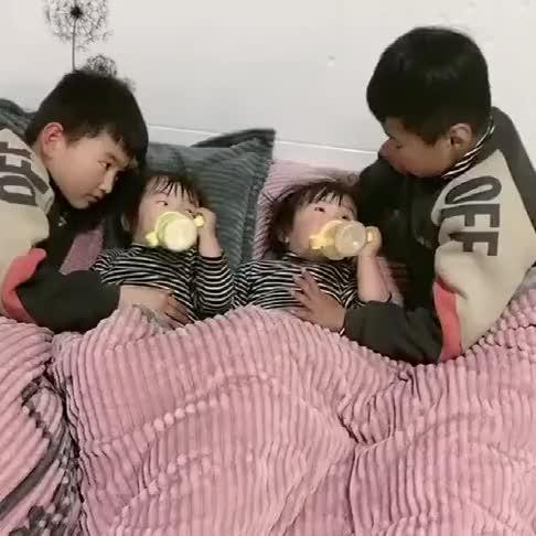 每到星期天,双胞胎哥哥哄双胞胎妹妹睡觉,我和老公继续造人!